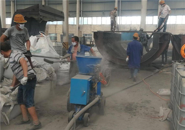 Refractory gunite machine for spraying refractory